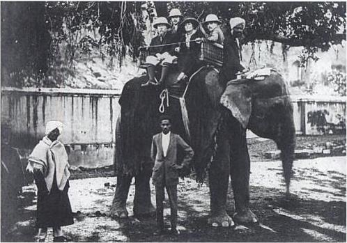 La familia Roerich en India en 1923